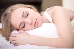 Fille dans le lit Photo libre de droits