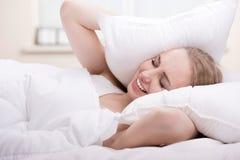 Fille dans le lit Photo stock