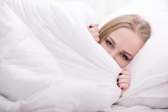 Fille dans le lit Image libre de droits