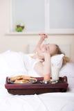 Fille dans le lit Photographie stock