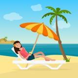 Fille dans le maillot de bain dans l'hamac avec des palmiers sur la plage illustration libre de droits
