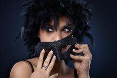 Fille dans le masque de carnaval et le boa de clavette Photos libres de droits