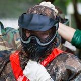 Fille dans le masque de protection avant de jouer le paintball Photographie stock