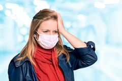 Fille dans le masque sur le visage Verticale de femme ?quipement de protection Malade épidémique de grippe Maladie de quarantaine images libres de droits