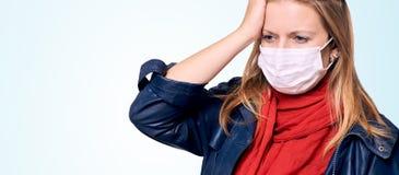 Fille dans le masque sur le visage Verticale de femme ?quipement de protection Malade ?pid?mique de grippe Maladie de quarantaine photographie stock
