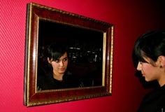 Fille dans le miroir Images libres de droits