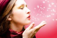 Fille dans le noeud papillon envoyant le baiser d'air sur le résumé Image stock