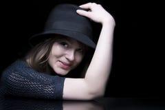 Fille dans le noir avec le chapeau noir élégant images libres de droits