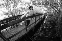 Fille dans le passage couvert en bois Photo stock