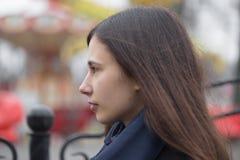 Fille dans le profil Verticale d'un beau Brunette photo libre de droits