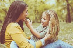 Fille dans le recouvrement de mères manier Image stock