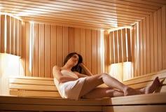 Fille dans le sauna photographie stock