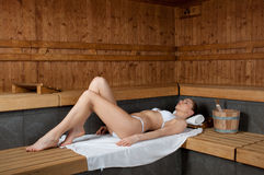 Fille dans le sauna Photos stock