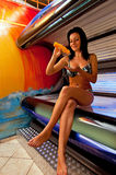 Fille dans le solarium Photo stock