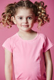 Fille dans le sourire rose Image stock