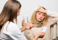 Fille dans le tissu de prise d'écharpe tandis que le docteur offrent le traitement Remèdes de froid et de grippe Astuces comment  images stock