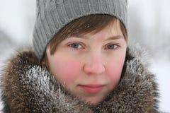 Fille dans le vêtement de l'hiver photographie stock