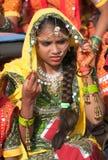 fille dans le vêtement ethnique coloré Photo stock