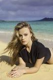 Fille dans le wetsuit à la plage Image libre de droits