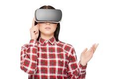 Fille dans les boutons-poussoirs modernes de casque et la vidéo de observation Images libres de droits