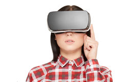 Fille dans les boutons-poussoirs modernes de casque et la vidéo de observation Photographie stock
