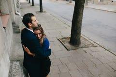 Fille dans les bras de son ami Photo stock