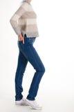 Fille dans les jeans et le chandail chaud Photo stock
