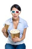 Fille dans les lunettes 3D avec la boisson et le maïs éclaté image libre de droits