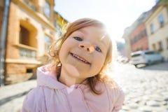 Fille dans les rayons de soleil Photo libre de droits