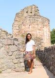 Fille dans les ruines du château Pecka Photos libres de droits