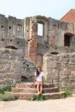 Fille dans les ruines du château Pecka Photographie stock libre de droits