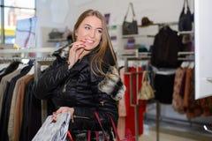 Fille dans shoping la mole Image libre de droits