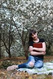 Fille dans un arbre de fleur de jour ensoleillé d'été Images libres de droits