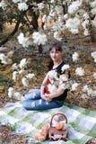 Fille dans un arbre de fleur de jour ensoleillé d'été Images stock