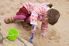 Fille dans un bac à sable Photographie stock libre de droits