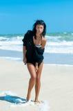 Fille dans un bikini sur la plage Photographie stock libre de droits