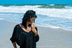 Fille dans un bikini sur la plage Photo stock