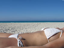 Fille dans un bronzage blanc de bikini Image libre de droits