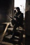 Fille dans un camouflage avec le revolver en mains Images stock