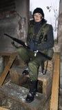 Fille dans un camouflage avec le revolver en mains Photo libre de droits