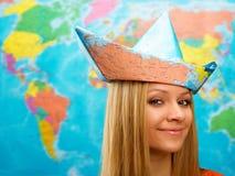 Fille dans un chapeau de carte Photo stock