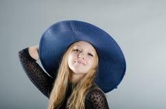 Fille dans un chapeau et une robe noire Images libres de droits