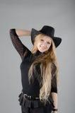 Fille dans un chapeau et une robe noire Photos libres de droits
