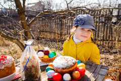 Fille dans un chapeau et une veste se reposant à la table en nature Sur le Th Photos stock