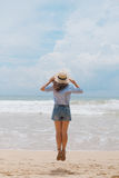 Fille dans un chapeau sur la plage Photo stock