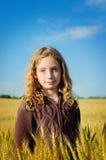 Fille dans un domaine de blé Photographie stock