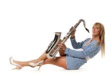 Fille dans un gilet éliminé avec un saxophone Image libre de droits