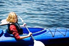 Fille dans un kayak Photographie stock libre de droits