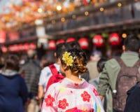 Fille dans un kimono sur une rue de ville, Tokyo, Japon Copiez l'espace pour le texte Vue arrière images libres de droits