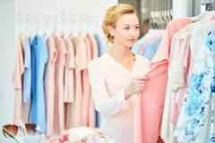 Fille dans un magasin d'habillement image libre de droits
